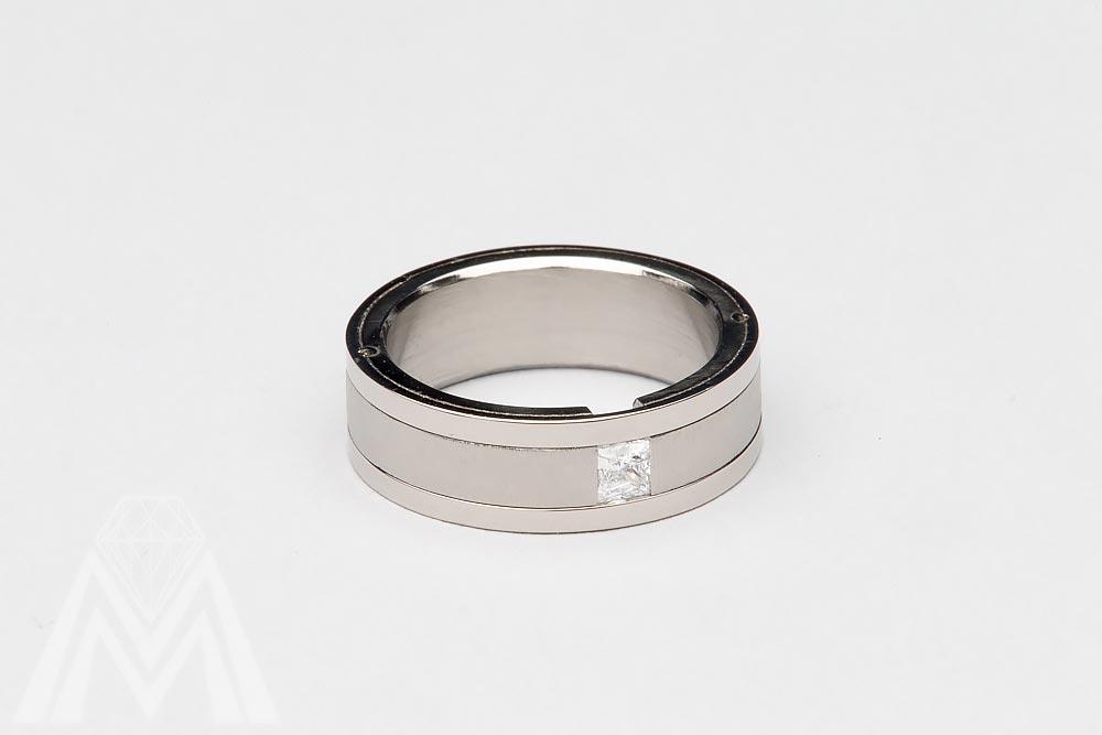 3010. Titaanisormus Princess-hiotulla timantilla ja valkokulta reunuksilla.