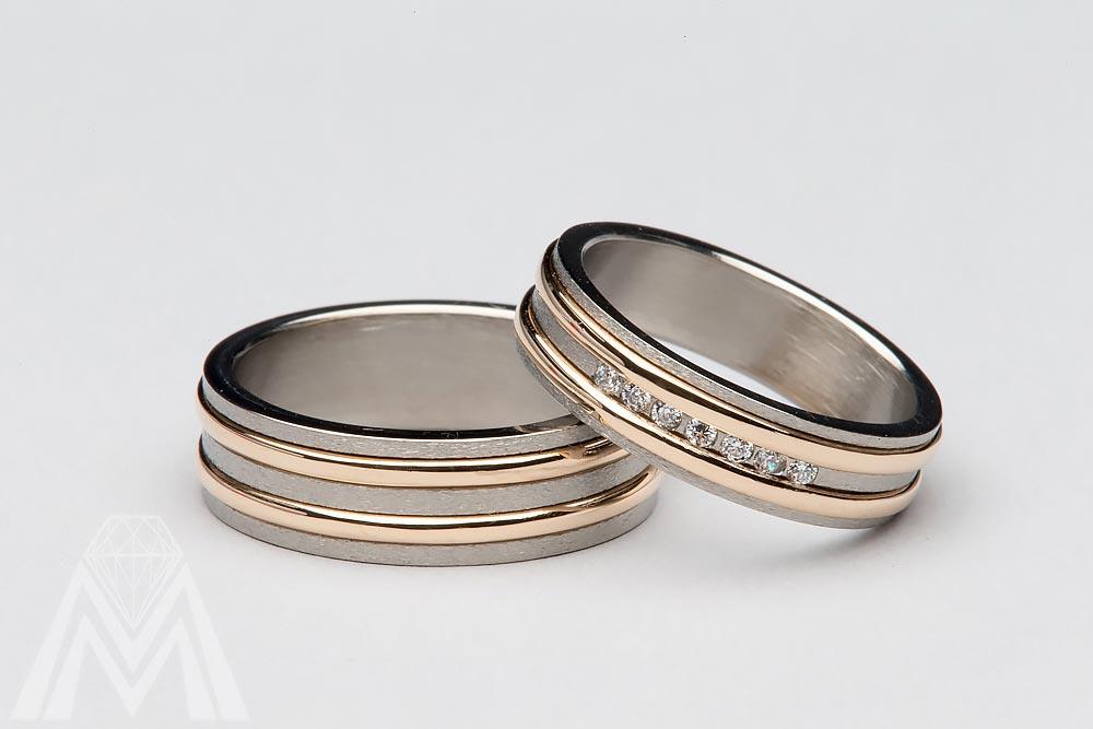 3100. Titaanisormukset, keltakultaa ja timantteja.