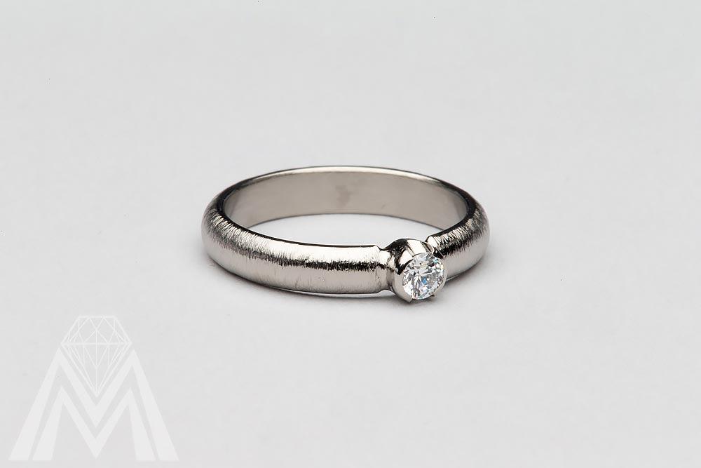 3060. Titaanisormus timantilla.
