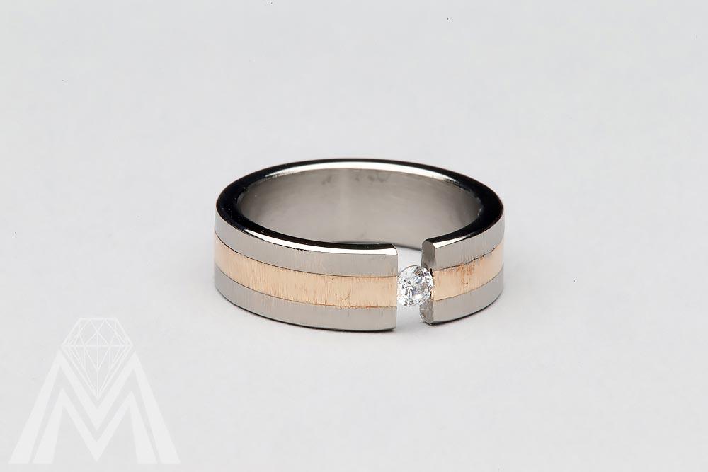 3070. Titaanisormus, keltakultaa ja timantti.