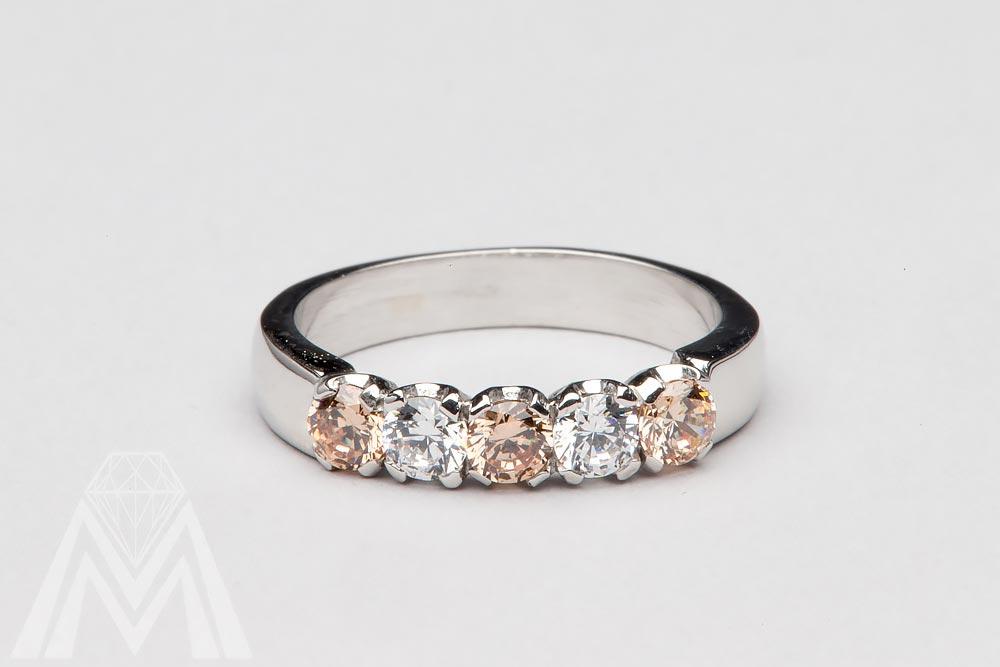4030. Valkokultasormus shamppanjan väriset ja värittömät timantit.