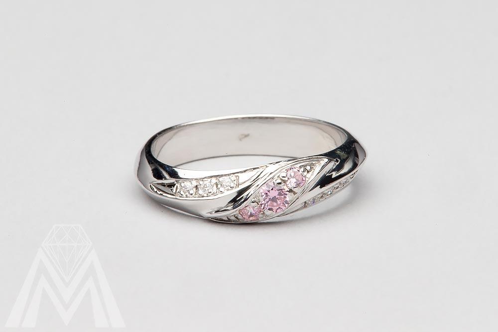 4040. Valkokultasormus vaaleanpunaisilla safiireilla ja timanteilla.