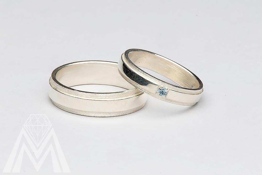 2055. Valkokultaiset kihlat sinisellä timantilla.