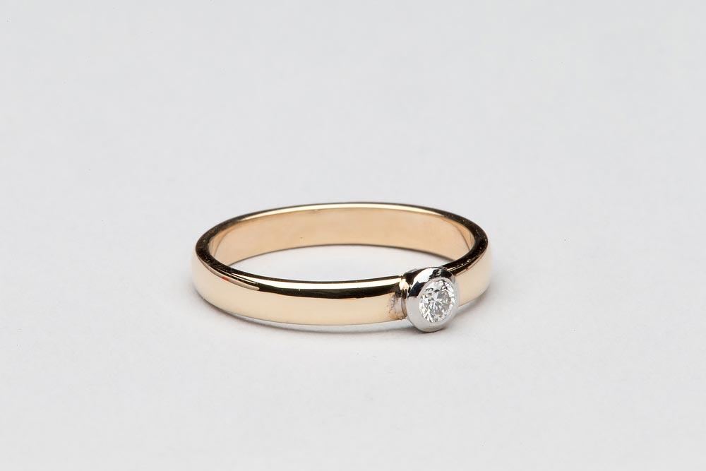 5020. Vanhaan sormukseen upotettu valkokultaistutus timantilla.