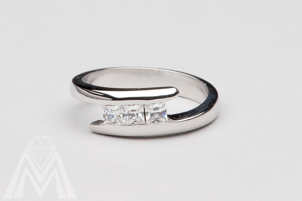 4080. Valkokultasormus Princess-hiotuilla timanteilla.